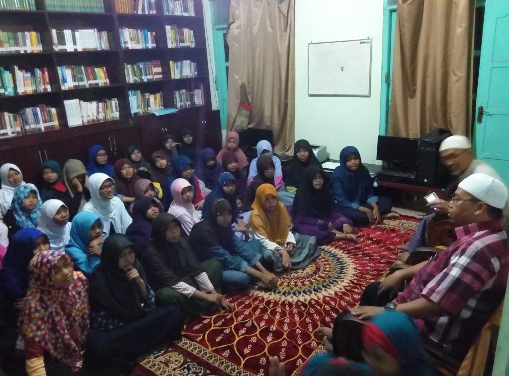 Bapak Ghofar Memberi Motivasi Kepada Anak Asuh