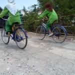 Tiwi dan Qusnul Bersepeda Untuk Belanja