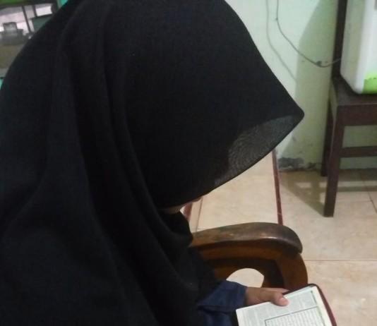 Kartika Salah Satu Santri Peserta Tahfidzul Quran Tengah Mengahafal