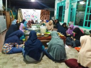 Menikmati buka bersama di PARS dengan iftar kiriman para donatur. Selama ramadhan anak asuh hampir tidak pernah masak